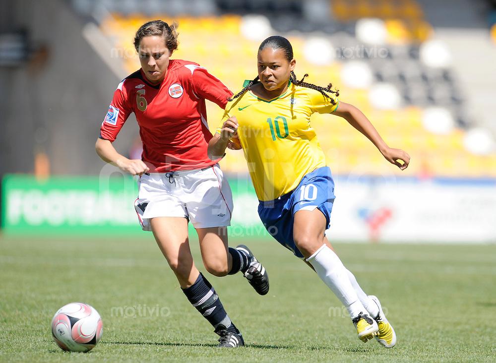 Fussball Frauen FIFA U 20  Weltmeisterschaft 2008    27.11.2008 Norwegen - Brasilien    Norway - Brazil FRANCIELLE (re, BRA) im Zweikampf mit Ingrid Moe WOLD (li, NOR).