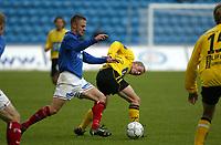 Fotball. Eliteserien Vålerenga - Start. Ronny Dølhi mot en startspiller.<br /> <br /> Foto: Andreas Fadum, Digitalsport