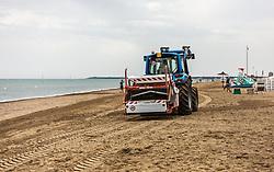 THEMENBILD - ein Traktor reinigt den Strand. Lignano ist ein beliebter Badeort an der italienischen Adria-Küste, aufgenommen am 15. Juni 2019, Lignano, Italien // A tractor cleans the beach. Lignano is a popular seaside resort on the Italian Adriatic coast on 2019/06/15, Lignano Sabbiadoro, Italy. EXPA Pictures © 2019, PhotoCredit: EXPA/ Stefanie Oberhauser