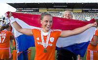 MONCHENGLADBACH - Lieke van Wijk en Anne Veenendaal. Jong Oranje dames wint zondag in Monchengladbach de wereldtitel door de finale van het het WK-21 van  Argentinie te winnen. Het Nederlands hockeyteam wint na 1-1 de shout-outs. Foto Koen Suyk
