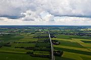 Nederland, Overijssel, Gemeente Twenterand, 30-06-2011; Landschap ten noorden Vriezenveen. Voorbeeld van vroege ruilverkaveling (jaren '50)..De oorspronkelijk (zeer) smalle en lange kavels, ontstaan door het ontginnen van veen, zijn samengevoegd tot grotere blokken en veelal is het kavelpatroon 90 graden gedraaid. De globale oorspronkelijke - onderliggende - structuur is deels nog herkenbaar..Naast de gedraaide verkalveling zijn verder kenmerkend de 'boerderijstraten', linten van boerderijen omgeven door singels van bomen (in het midden)..Landscape north of Vriezenveen, an early example of land consolidation (50s)..The original (very) long and narrow lots, created by the extraction of peat, are merged into larger blocks and in most cases the plot pattern has been rotated 90 degrees  The original - underlying - structure is still partly visible..Further characteristic features are the 'farm roads' with farmhouses surrounded by belts of trees..luchtfoto (toeslag), aerial photo (additional fee required).copyright foto/photo Siebe Swart