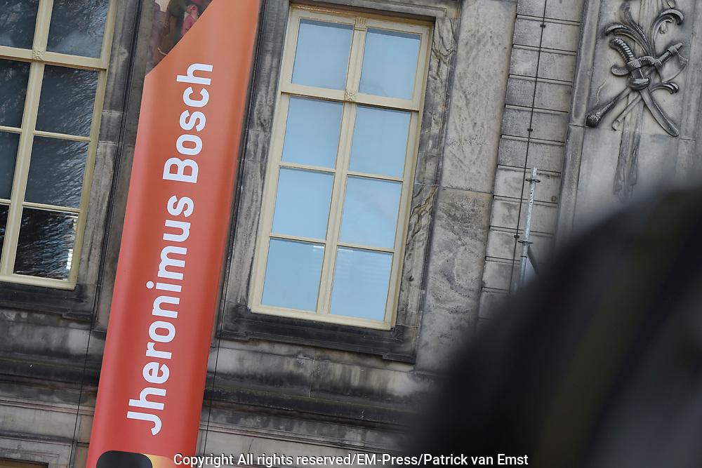Koning Willem-Alexander opent de tentoonstelling Jheronimus Bosch - Visioenen van een genie in Het Noordbrabants Museum. <br /> <br /> King Willem-Alexander opens the exhibition Hieronymus Bosch - Visions of a genius in the North Brabant Museum.<br /> <br /> Op de foto / On the photo:  De Koning vertrek bij het museum / The king leaves