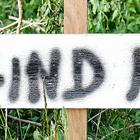 18.05.2020, Ortanfang Weiler, Weiler-Simmerberg, GER, , ein Anwohner hat einige Protestschilder, die bei den derzeitigen Corona-Protesten verwendet werden, am Strassenrand aufgestellt.<br /> im Bild Protestschild mit Bezug auf Mehrheit<br /> <br /> Foto © nordphoto / Hafner