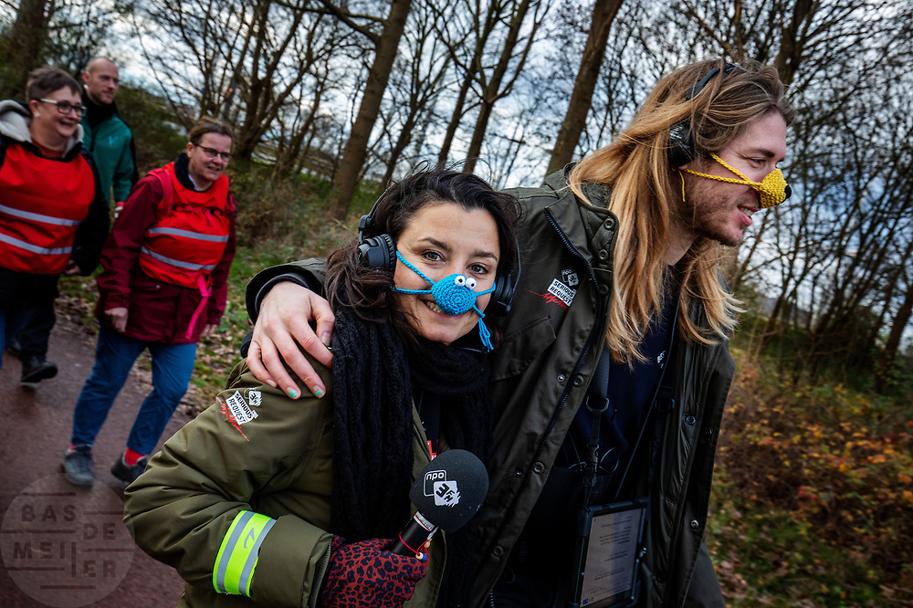 DJ's Sander Hoogendoorn en Herman Hofman lopen de etappe van Arnhem naar Dieren. In de week van kerst lopen zes DJ's van radiozender 3FM in duo's van Goes naar Groningen in het kader van 3FM Serious Request: The Lifeline. De route wordt steeds in etappes afgelegd, de duo's wisselen elkaar steeds om de zes uur af. Tijdens het lopen presenteren de dj's het radioprogramma. Met de actie willen de dj's geld ophalen voor slachtoffers van mensenhandel.