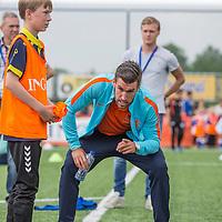 """Nederland,Leeuwarden, 28 mei 2014.<br /> Oranje-fandag georganiseerd door ING bij voetbalvereniging Blauw Wit"""" 34 Leeuwarden.<br /> Op de foto:profvoetballer Kevin Strootman geeft aanwijzigingen<br /> <br /> Foto: Jean-Pierre Jans"""
