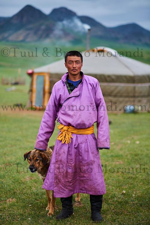 Mongolie, Province du Khentii, homme nomade devant sa yourte // Mongolia, Khentii province, nomad man in front of his yurt