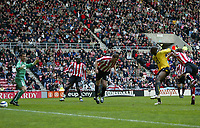 Photo: Andrew Unwin.<br /> Sunderland v Arsenal. The Barclays Premiership. 01/05/2006.<br /> Arsenal score their first goal.