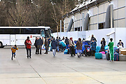 Nederland, Nijmegen, 3-3-2016Kamp Heumensoord. Mensen staan klaar om in de bus te gaan. Er wordt een begin gemaakt met het ontruimen van de opvang hier. Op 1 juni moet het kamp leeg zijn. De eerste bussen vertrekken naar Blauwestad.FOTO: FLIP FRANSSEN