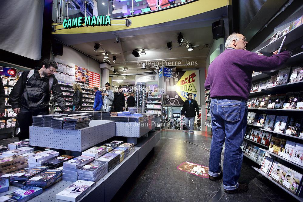 Nederland, Amsterdam , 1 september 2011..Free Record Shop stopt met megastore Fame Music.De enige Home-entertainment megastore van Nederland sluit haar deuren .maandag 29-08-2011 .Dit is een origineel bericht van Free Record Shop Holding BV.Free Record Shop Holding heeft besloten haar unieke dochteronderneming - de megastore FAME Music - per 29 januari 2012 te sluiten...Ondanks een omzet van 12 miljoen euro en jaarlijks ruim 800.000 klanten bleek het voor de Megastore, o.a. door de hoge huur, voorraad- en samenwerkerskosten en een stagnerende markt voor beeld en geluid, niet langer mogelijk een gezond bedrijfsrendement te behalen. Na ruim 21 jaar moet FAME Music helaas haar deuren sluiten..Foto:Jean-Pierre Jans