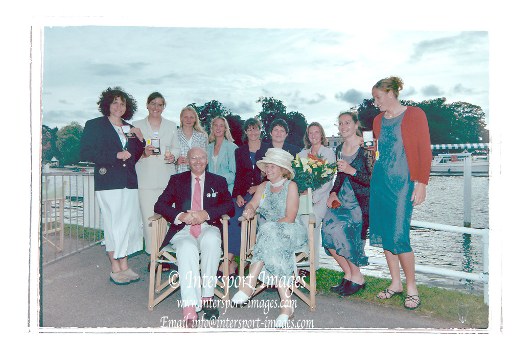 Henley on Thames, England, 1999 Henley Royal Regatta, River Thames, Henley Reach,  [© Peter Spurrier/Intersport Images], Winners, Women's Invitational Eights, Front Row, Coach, Mike SPRACKLEN, Annie SPRACKLEN, Bow Row left to right, Miriam BATTEN, Kathrine GRAINGER,  AN Other, Sarah WINCKLESS, Dot BLACKIE, Guin BATTEN, AN Other, Cath BISHOP, Gillian LINDSAY,