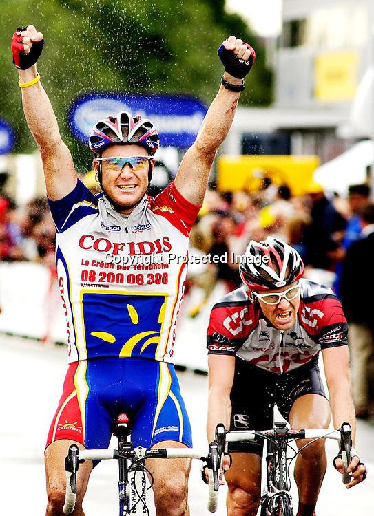 Chartres, 20040708.Tour de France. Vinner av den 5. etappen.   Stuart O`Grady (Cofidis) og nummer to  Jacob Piil   (CSC).      Foto: Daniel Sannum Lauten/Dagbladet *** Local Caption *** O'Grady,Stuart..Piil,Jacob