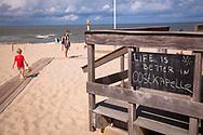 slogan on a black board on the beach in Oostkapelle on the peninsula Walcheren, Zeeland, Netherlands.<br /> <br /> Slogan auf einer Tafel am Strand bei Oostkapelle auf Walcheren, Zeeland, Niederlande.