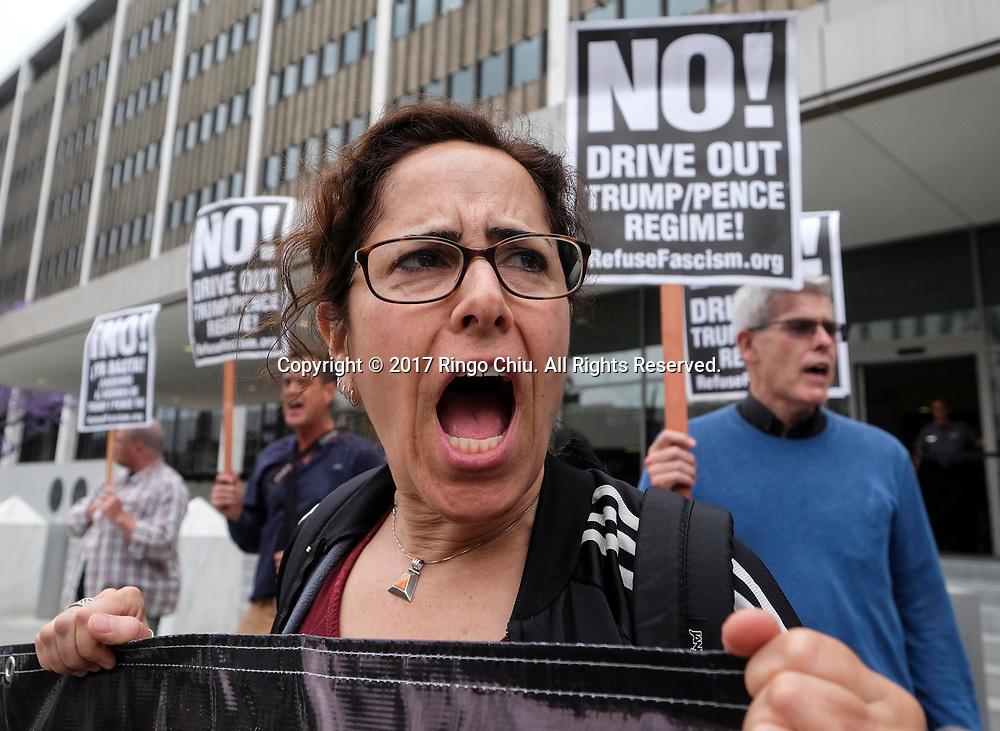 5月10日,在美国洛杉矶市中心,示威者手持标语牌在联邦大楼外面抗议,谴责美国总统特朗普周二辞退联邦调查局(FBI)局长詹姆斯·科米。新华社发(赵汉荣摄)<br /> Demonstrators protest outside the Federal Building to denounce the firing of FBI Director James Comey, in Los Angeles, the United States on Wednesday, May 10, 2017.(Xinhua/Zhao Hanrong)(Photo by Ringo Chiu/PHOTOFORMULA.com)<br /> <br /> Usage Notes: This content is intended for editorial use only. For other uses, additional clearances may be required.