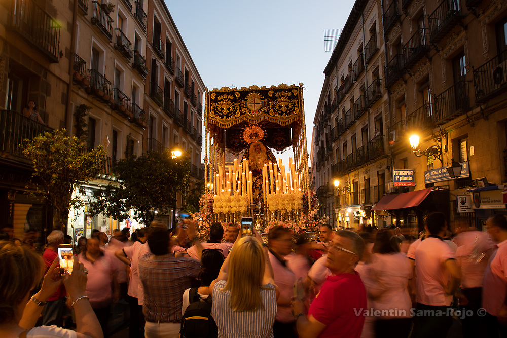 Madrid, Spain. 23rd June, 2018. People and tourist taking pictures of the Virgin 'Maria Santisima del Dulce Nombre en su Soledad' during a break of the procession at Mayor street. © Valentin Sama-Rojo