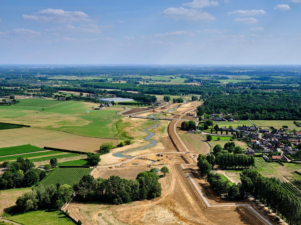 Nederland, Limburg, Gemeente Venray; 27-05-2020; Blitterwijk, aanleg stijlranddijk en nieuwe valei direct ten oosten van het dorp. Aansluiting op de Oude Maasarm (meer landinwaarts).<br /> Onderdeel van Gebiedsontwikkeling Ooijen en Wanssum, waaronder aanleg van een  hoogwatergeul, weerdverlaging en natuurontwikkeling.<br /> Blitterswijk, construction new dike and new valley immediately east of the village. Connection to the old river (more inland).<br /> luchtfoto (toeslag op standard tarieven);<br /> aerial photo (additional fee required)<br /> copyright © 2020 foto/photo Siebe Swart