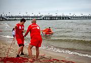 Ćwiczenia ratowników na plaży w Sopocie