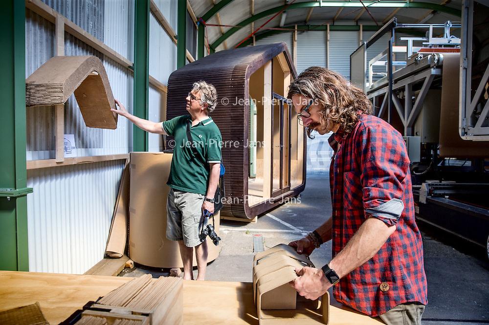 Nederland, Amsterdam, 4 mei 2016.<br /> Fab-city, expositie van allerlei duurzame initiatieven.<br /> Op de foto:<br /> Wikkelhuis, dat is een huis van karton.<br /> <br /> FabCity is een tijdelijke, gratis toegankelijke campus op de Kop van Java-eiland in het oostelijk havengebied van Amsterdam en bestaat uit zo'n vijftig innovatieve paviljoens, installaties en prototypes. Meer dan vierhonderd jonge studenten, professionals, kunstenaars en creatieven ontwikkelen de plek tot een duurzaam stedelijk gebied, waar ze werken, creëren, onderzoeken en hun oplossingen voor stedelijke vraagstukken presenteren. De deelnemers komen van verschillende onderwijsachtergronden, zoals kunstacademies, (technische) universiteiten en het beroepsonderwijs.<br /> <br /> FabCity is a temporary and freely accessible campus open between 1 April until 26 June at the head of Amsterdam's Java Island in the city's Eastern Harbour District. Conceived as a green, self-sustaining city, FabCity comprises of approximately 50 innovative pavilions, installations and prototypes. More than 400 young students, professionals, artists and creatives are developing the site into a sustainable urban area, where they work, create, explore and present their solutions for current urban issues. The participants come from various educational backgrounds, including art and technology academics, universities and vocational colleges.<br /> source:http://europebypeople.nl/fabcity-2<br /> <br /> Foto: Jean-Pierre Jans
