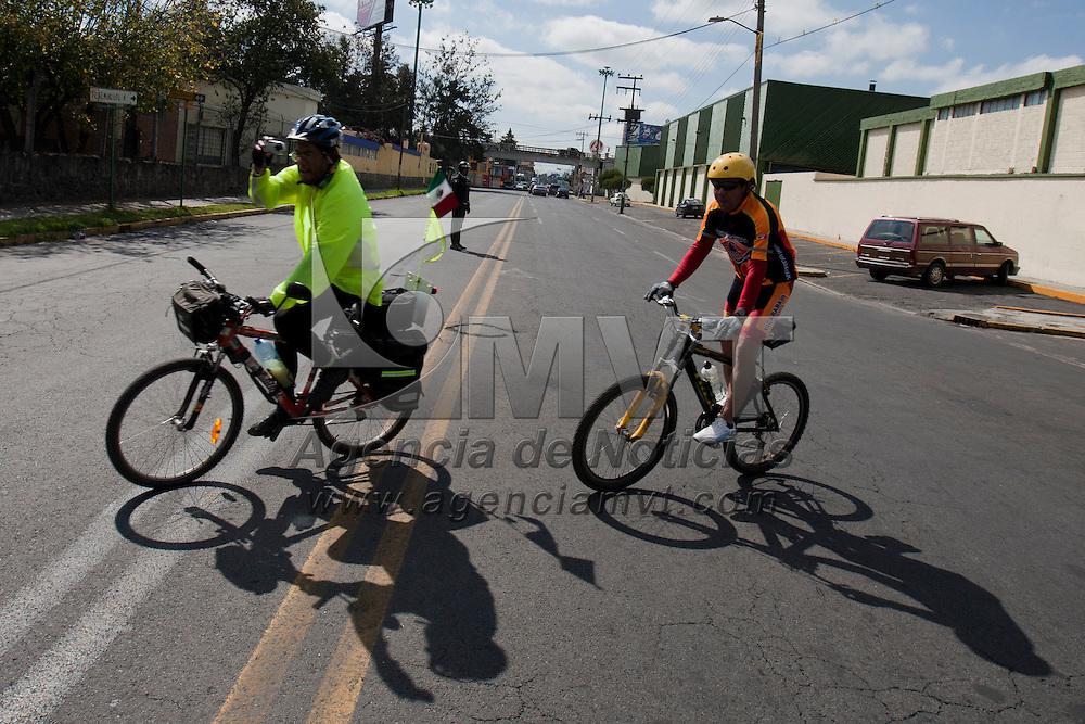 """TOLUCA, Mexico.- Cientos de ciclistas participaron en el inicio de los """"Paseos en Bicicleta"""" que recorren diversas avenidas de la ciudad conformando un circuito de la menos 5 kilometros, este  sera habilitado todos los dias domingo de 10:00 a las 13:00. Agencia MVT / Mario Vazquez de la Torre. (DIGITAL)"""