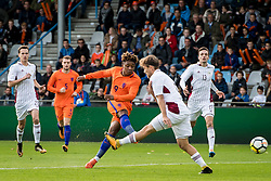 (L-R) Steven Bergwijn of Jong Oranje, Karklins Kriss of Jong Letland during the EURO U21 2017 qualifying match between Netherlands U21 and Latvia U21 at the Vijverberg stadium on October 06, 2017 in Doetinchem, The Netherlands