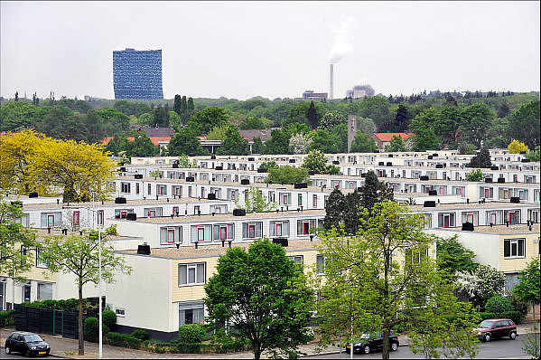 Nederland, Nijmegen, 29-4-2014Panorama vanuit de lucht van de jaren zestig wijk Hatert. Deze multiculturele wijk was een achterstandswijk, maar wordt door de gemeente en met steun van het rijk leefbaarder gemaakt. Aan de horizon het gebouw 52degrees, fiftytwo degrees, en de elektriciteitscentrale van electrabel.Foto: Flip Franssen/Hollandse Hoogte