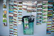 """Javier Calvelo/ URUGUAY/ MONTEVIDEO/ Cancha:  Estadio Centenario/ CAMPEONATO URUGUAYO 2015 - 2016/ TORNEO APERTURA/ Durante el partido entre Peñarol ante Wanderers en el Estadio Centenario por la 13 fecha del Torneo Apertura 2015 trabajo con Guillermo Bond """"El Paparazzi"""" que hace años tranaja en la canchas del futbol uruguayo haciendo fotos de jugadores y niños que vende luego en las mismas canchas de una forma muy artesanal. <br /> En la foto: Guillermo Bond en el Estadio Centenario. Foto: Javier Calvelo /adhocFotos<br /> 20151122 dia domingo<br /> adhocFotos"""