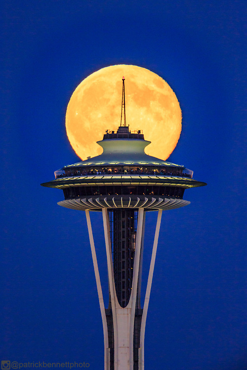 Seattle's Space Needle is caught with precision in front of the full moon by @patrickbennettphoto.<br /> #spaceneedle #precision #canonusa #canonphotography #canon #seattle #seattlephotographer #moon #moonrise #fullmoon #cityskyline #blue