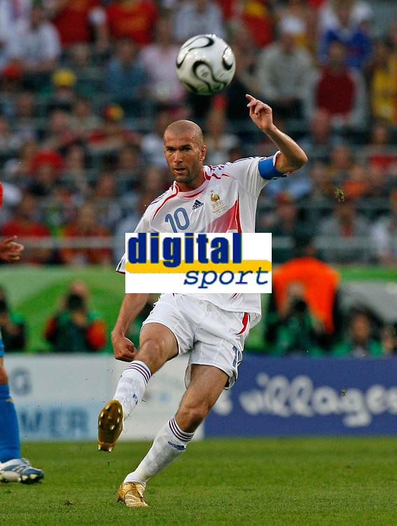 Photo: Glyn Thomas.<br />Spain v France. Round 2, FIFA World Cup 2006. 27/06/2006.<br /> France's Zinedine Zidane.