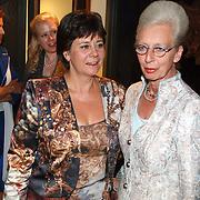 NLD/Mijdrecht/20070901 - Modeshow Jaap Rijnbende najaar 2007, minister Rita verdonk in gesprek met Janni van Pernis