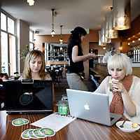Nederland, Amsterdam , 10 april 2010..Studentes werken op hun laptop in cafe Louter in de de Clerckstraat..Foto:Jean-Pierre Jans