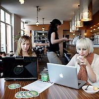 Nederland, Amsterdam , 10 april 2010..Studentes werken op hun laptop in cafe Louter in de de Clerckstraat..Foto:Jean-Pierre Jans