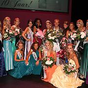 Groepsfoto finalisten finale Miss Overijssel samen met Eddy Nieuwhuis