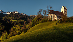 THEMENBILD - Die Kirche zum hl. Georg in der Morgensonne, aufgenommen am 18. Mai 2017, St. Georgen im Pinzgau, Bruck an der Grossglocknerstrasse, Österreich // The Church of St. Georg in the morning sun at St. Georgen im Pinzgau, Bruck an der Grossglocknerstrasse, Austria on 2017/05/18. EXPA Pictures © 2017, PhotoCredit: EXPA/ JFK