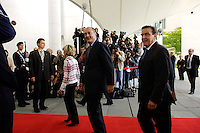 04 JUN 2005, BERLIN/GERMANY:<br /> Doris Schroeder-Koepf (L), Kanzlergattin, Jacques Chirac (M), Praesident Fankreich, und Gerhard Schroeder (R), SPD, Bundeskanzler, auf de,m Weg zu einem informellen Treffen, Ehrenhof, Bundeskanzleramt <br /> IMAGE: 20050604-01-015<br /> KEYWORDS: Gerhard Schröder, Doris Schröder-Köpf, Fotografen, Kameraleute, Camera, Kamera