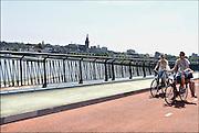 Nederland, Nijmegen, 8-7-2014 Gezicht op Nijmegen en de Stevenskerk vanaf de fietsbrug, de snelbinder, die aan de spoorbrug is gehangen, en de verbinding vormt tussen de Waalsprong, nieuwe vinexwijken in oosterhout en Lent, en het centraal station. Hij is onderdeel van de snelfietsroute naar Arnhem. Foto: Flip Franssen