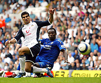 Fotball<br /> England 2005/2006<br /> Foto: SBI/Digitalsport<br /> NORWAY ONLY<br /> <br /> Tottenham v Chelsea<br /> The Barlcays Premiership.<br /> 27/08/2005.<br /> <br /> Michael Essien gets a shot in despite Paul Stalteri attention