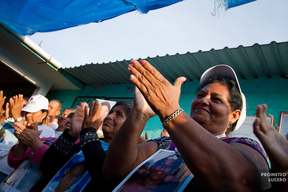 """Attendants to the caravan of central american mothers pray  in La Patrona, located in Amatlán de los Reyes, Veracruz, where they were received by """"Las Patronas"""", a local collective of women who brings free food and water to the migrants traveling in the train, on October 17th, 2012. (Photo: Prometeo Lucero)"""