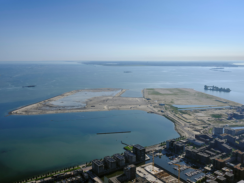 Nederland, Noord-Holland, Amsterdam, 02-09-2020; IJburg, Haveneiland met Rieteiland-Oost in de voorgrond. in het water van de IJburgbaai en IJmeer Centrumeiland, met Middeneiland en Strandeiland in staat van wording.<br /> IJburg, Haveneiland with Rieteiland-East in the foreground. in the waters of the IJburgbaai and IJmeer Center Island, with Middeneiland and Strandeiland  in statu nascendi.<br /> <br /> luchtfoto (toeslag op standard tarieven);<br /> aerial photo (additional fee required);<br /> copyright foto/photo Siebe Swart
