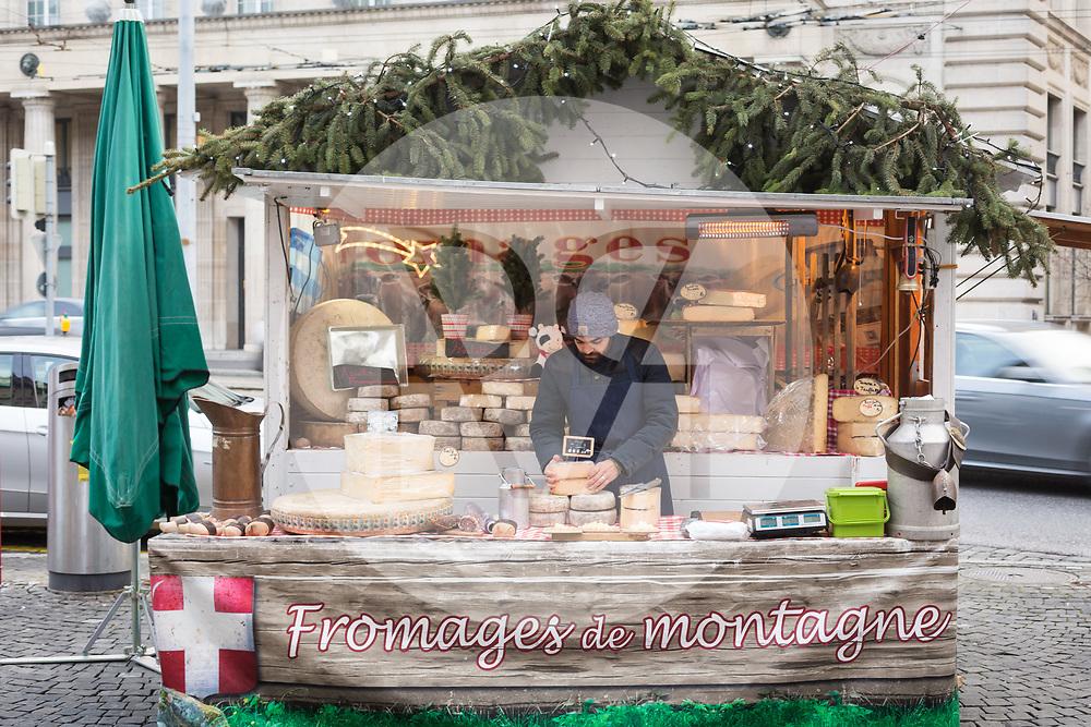 SCHWEIZ - LAUSANNE - Bergkäsestand am Weihnachtsmarkt 'Bô Noël' - 21. Dezember 2017 © Raphael Hünerfauth - http://huenerfauth.ch