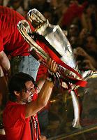 Milano 24 maggio 2007<br /> Paolo Maldini alza la coppa Campioni davanti ai tifosi milanisti in piazza Duomo a Milano<br /> Foto Inside/Paco Serinelli