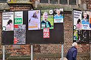 Nederland, Doesburg, 9-3-2019 Verkiezingsbord in de binnenstad waarop affiches voor de komende provinciale verkiezingen zijn aangebracht. Op het linkerbord is het PvdA affiche afgescheurd door iemand met ondemocratische gedachten . Foto: Flip Franssen
