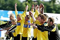 Fotball,<br />1 divisjon adecoligaen<br />Bryne Stadion 16.07.06<br />Bryne - Moss<br /><br />Foto: Sigbjørn Andreas Hofsmo, Digitalsport<br /><br />Geir bakke trener moss kunne juble sammen med spillerne etter kampen,
