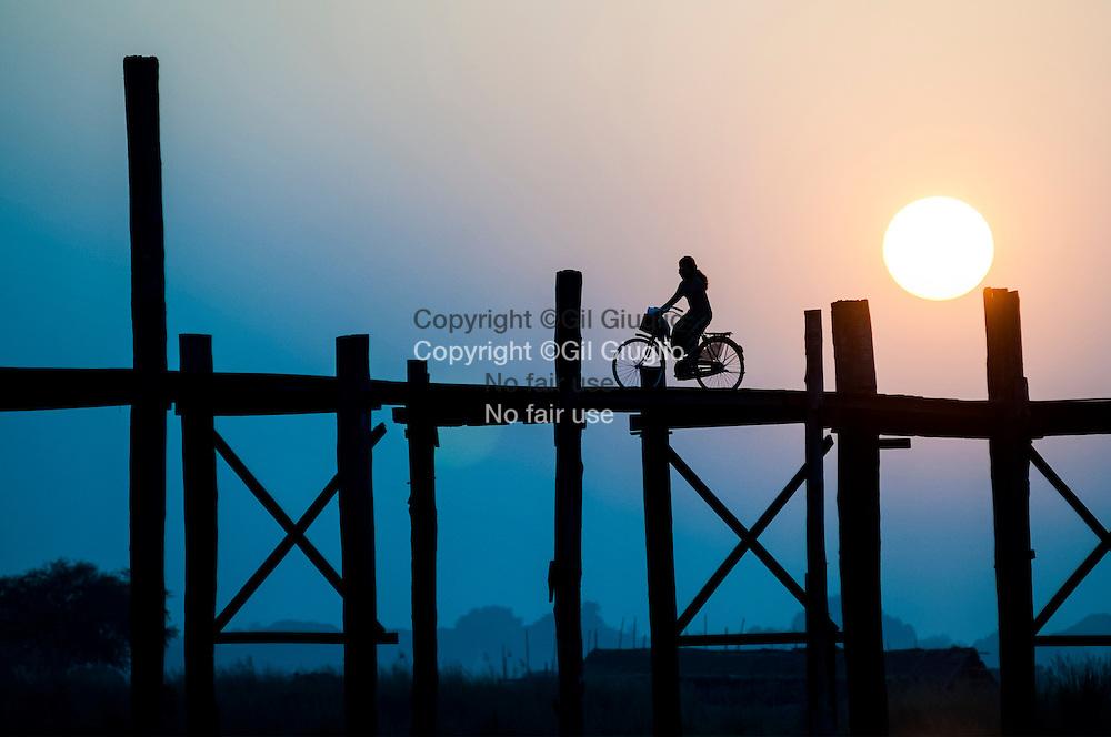 Myanmar, Mandalay Division, ville de Amarapura, le fameux pont U Bein (1849) sur le lac Thaung Tha Man // Myanmar, Mandalay Division, town of Amarapura ,famous U Bein footbridge(1849) on Thaung Tha Man lake