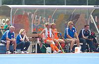 ARNHEM - De bank van Oranje met Johannes Veen, Clarinda Sinnige, Sophie Polkamp, Kitty van Male, Conny van Bentum en Patrick van Balkom, donderdag tijdens de oefenwedstrijd tussen de vrouwen van Nederland en Zuid Afrika. COPYRIGHT KOEN SUYK