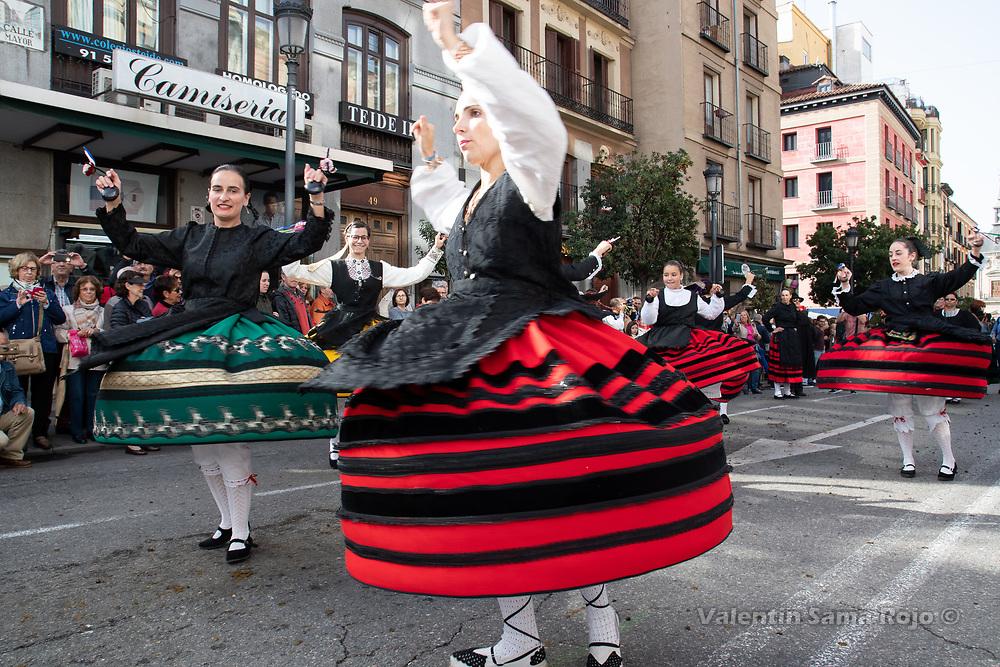 Madrid, Spain. 21st October, 2018. Women wearing traditional costumes from Pradena (Segovia) dancing at Mayor Street during transhumance celebrations in Madrid. © Valentin Sama-Rojo