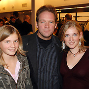 NLD/Tilburg/20061105 - Premiere Oebele, Erik van Muiswinkel en dochters Kitty en Emma