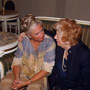 NLD/Den Haag/20051005 - Premiere de Barones, Sigrid Koetze, Ellen Vogel op een bank