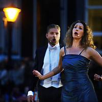 Nederland. Amsterdam. 16 augustus 2013.<br /> Grachtenfestival.<br /> Mezzosopraan Antje Lohse en bariton Martijn Cornet.