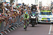 Alberto Contador van de Tinkoff Saxo Bank groep. In Utrecht is deTour de France van start gegaan met een tijdrit. De stad was al vroeg vol met toeschouwers. Het is voor het eerst dat de Tour in Utrecht start.<br /> <br /> In Utrecht the Tour de France has started with a time trial. Early in the morning the city was crowded with spectators. It is the first time the Tour starts in Utrecht.