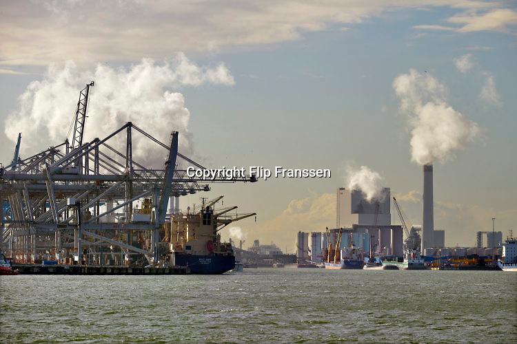 Nederland, Rotterdam, 20-9-2015Maasvlakte. De elektriciteitscentrale van Eon, E-on. Kolencentrale, co2 uitstoot, kolen, kolengestookte, the new land.Foto: Flip Franssen/HH