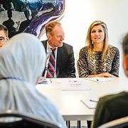 NLD/Amsterdam/20170330 - Koningin Maxima aanwezig bij de Global Money Week, Koningin Maxima in gesprek met scholieren